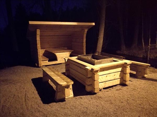 Det nya vindskyddet med bord och bänkar inuti, Ny eldstad med stort galler framför
