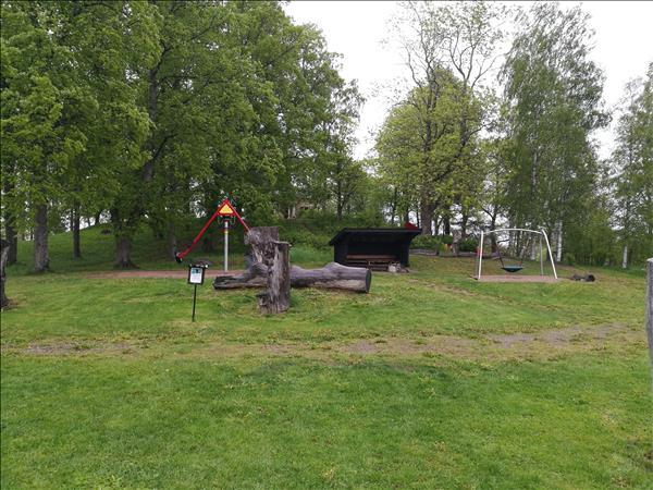 Vindskyddet ligger på lekplatsen