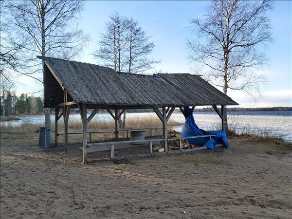 Grillplats med eldstad med tak