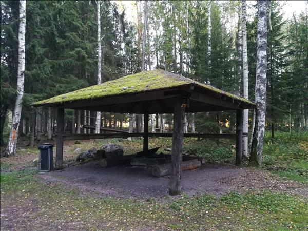 Eldstad under stort tak men utan vindskydd