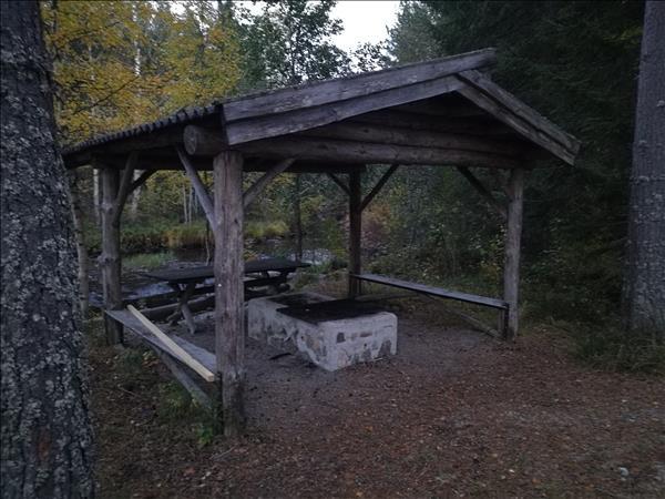 Eldstaden ligger under tak vid Borrsjöåns kant