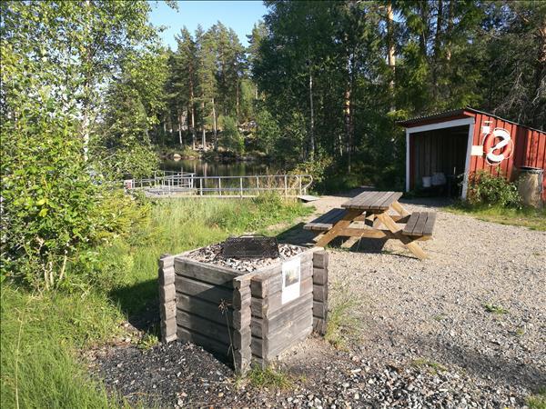 Fin andikappanpassad brygga med tillgänglig eldstad och vindskydd