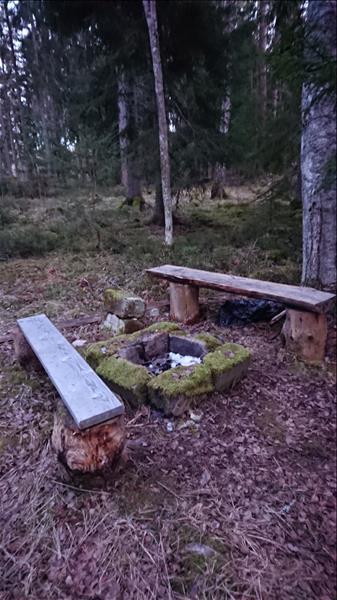 Enkel grillplats med sittbänkar