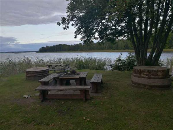Grillplatsen ligger nere vid sjön i Gavelhyttan.
