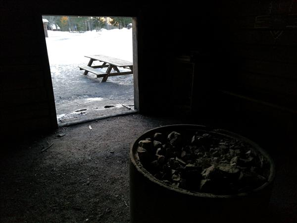 Innuti grillstugan finns eldstad och litet vedförråd