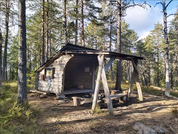 Vindskydd med eldstad under tak