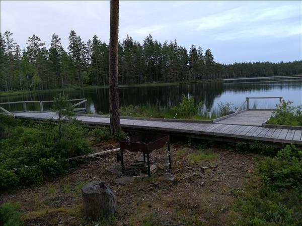 Eldstaden med fiskebrygga och sjön