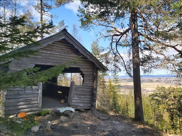 Enkel eldstad och stort vindskydd med utsikt