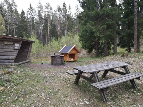 Vindskydd, eldstad, vedförråd och bänkbord