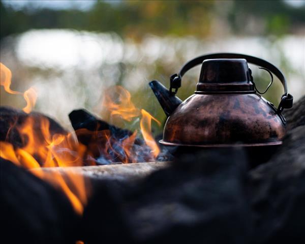 Kaffekanna i koppar på en öppen eld