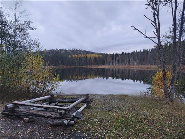 Eldstaden ligger nere vid den lilla sjön
