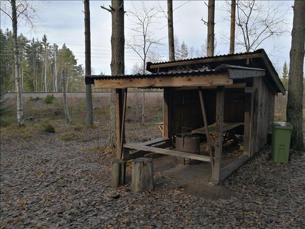Vindskyddet med eldstad under tak