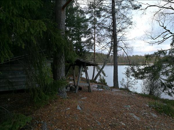 I kanten av hage ner mot Stora Konnsjön ligger vindskyddet