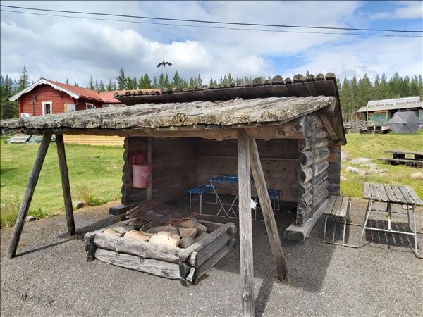 Slogboden med eldstad och kaffestugan i bakgrund