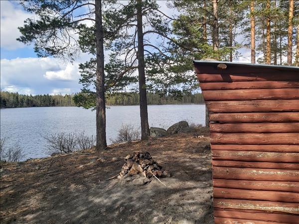 Eldstad framför vindskyddet vid Lilla Logärden