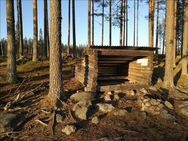 Vindskyddet har en sittbänk längst in