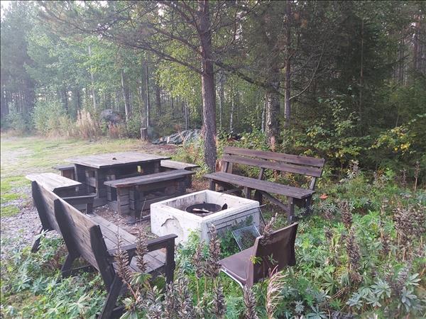 Eldstaden med bänkar och bord intill