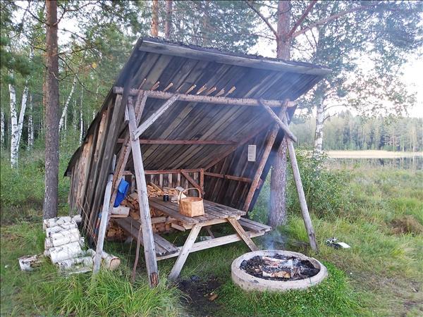 Vindskydd med ved, bänkbord och eldstad