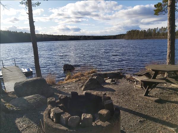 Eldstad, fiskebrygga och bänkbord