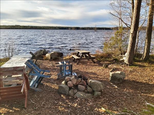 Eldstad och bänkbord vid Oppsjön