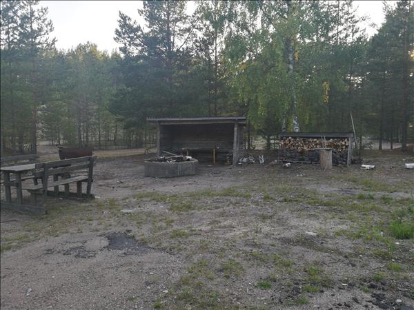 Grillplatsen med eldstad, vindskydd, vedförråd och bänkbord