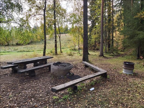 Bänkbord och två eldstäder