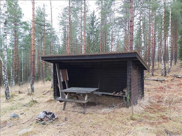 Vindskyddet med bänkbord och enkel eldstad