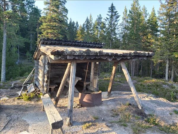 Slogboden med eldstad, bord och bänkar