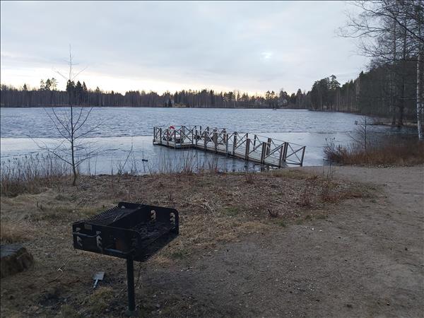 Grill med sjön i närheten