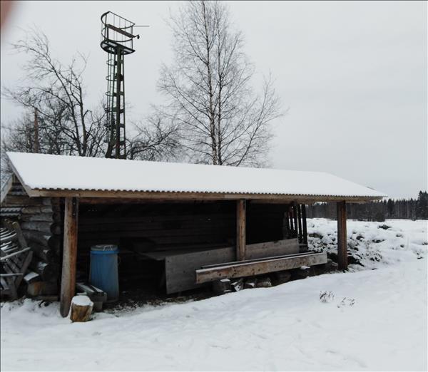 Stort vindskydd med eldstad under tak