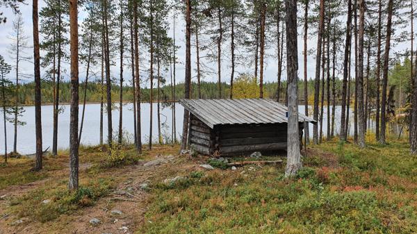 Vindskyddet med utsikt mot sjön