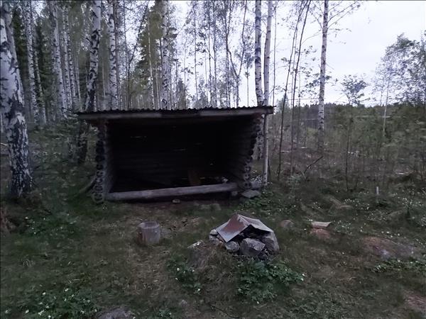 Enkel eldstad framför vindskyddet