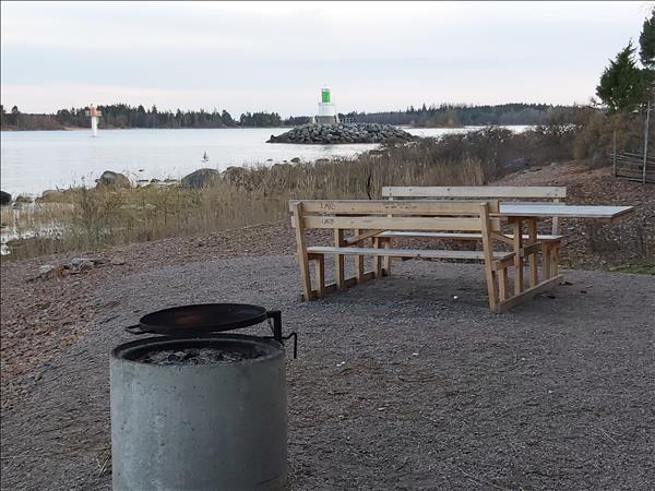 Grillplatsen ligger vid farleden till Gävle hamn