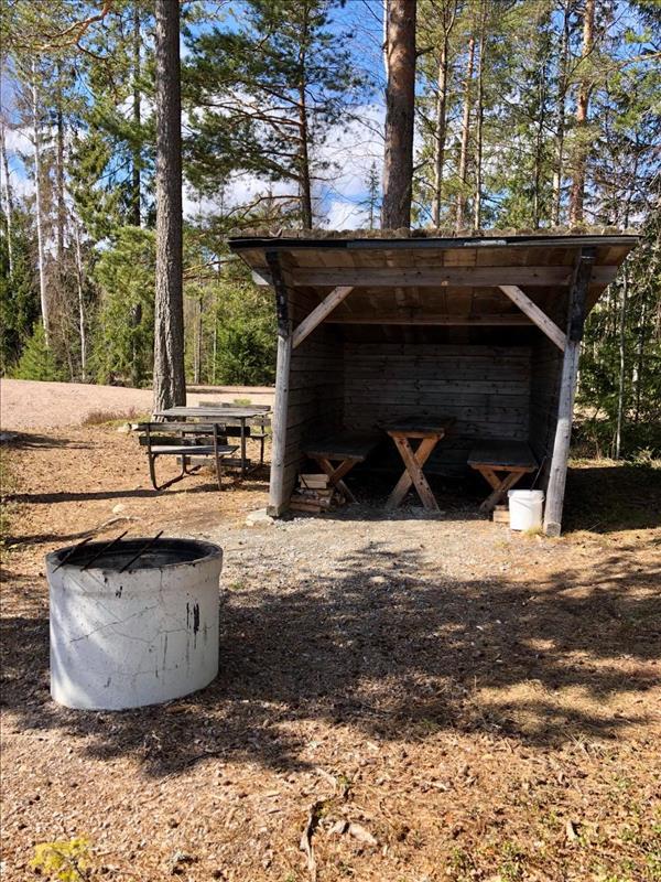 Vindskydd och grillplats vid Stora Jälken