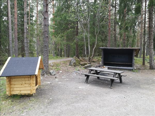 Vedförråd, bänkbord, elsdstad med galler och litet vindskydd
