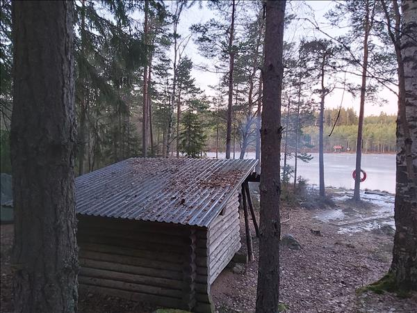 Vindskydd i skyddat läge med utsikt över Svarttjärn