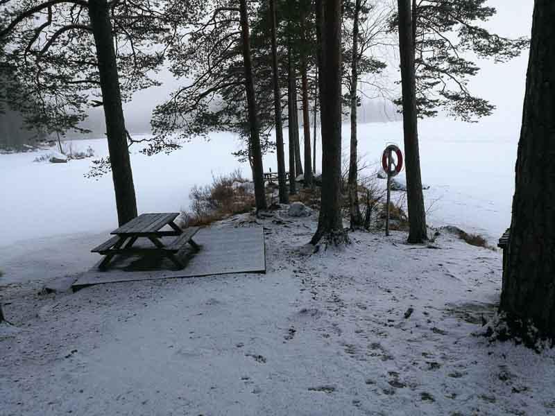 Ett vintrigt landskap med picknickbordet