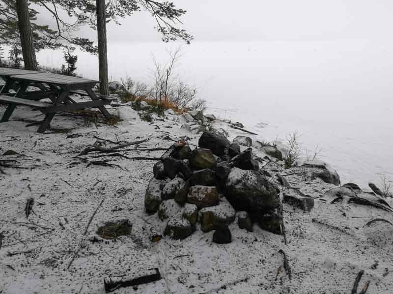 Eldstaden ligger precis vid vettenbrynet. Picknickbordet står bredvid.