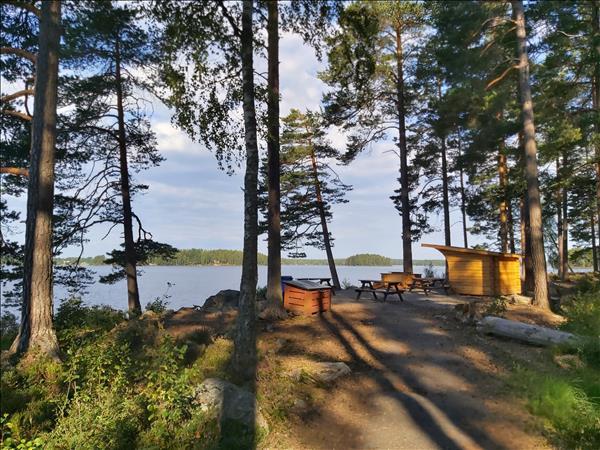 Grillplats med vindskydd med utsikt över Öjaren