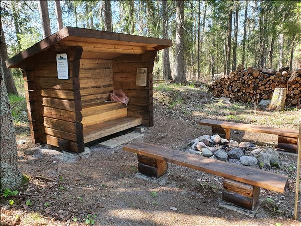 Vindskydd med bänkar och eldstad
