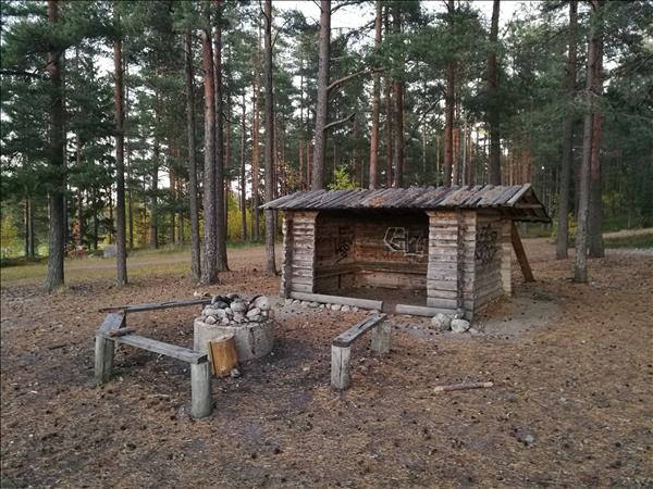 Eldstaden med sittbänkar framför vindskyddet