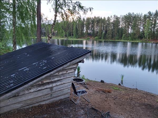 Vindskydd med vy över sjön